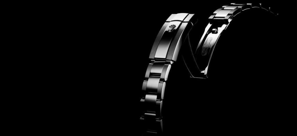 Il bracciale Oyster del Datejust II ref. 116300. Il bracciale, come gli altri componenti dell'abbigliamento, è realizzato in acciaio 904L, una lega di acciaio inossidabile austenitico caratterizzato da un'ottima resistenza alla corrosione negli ambienti più aggressivi.