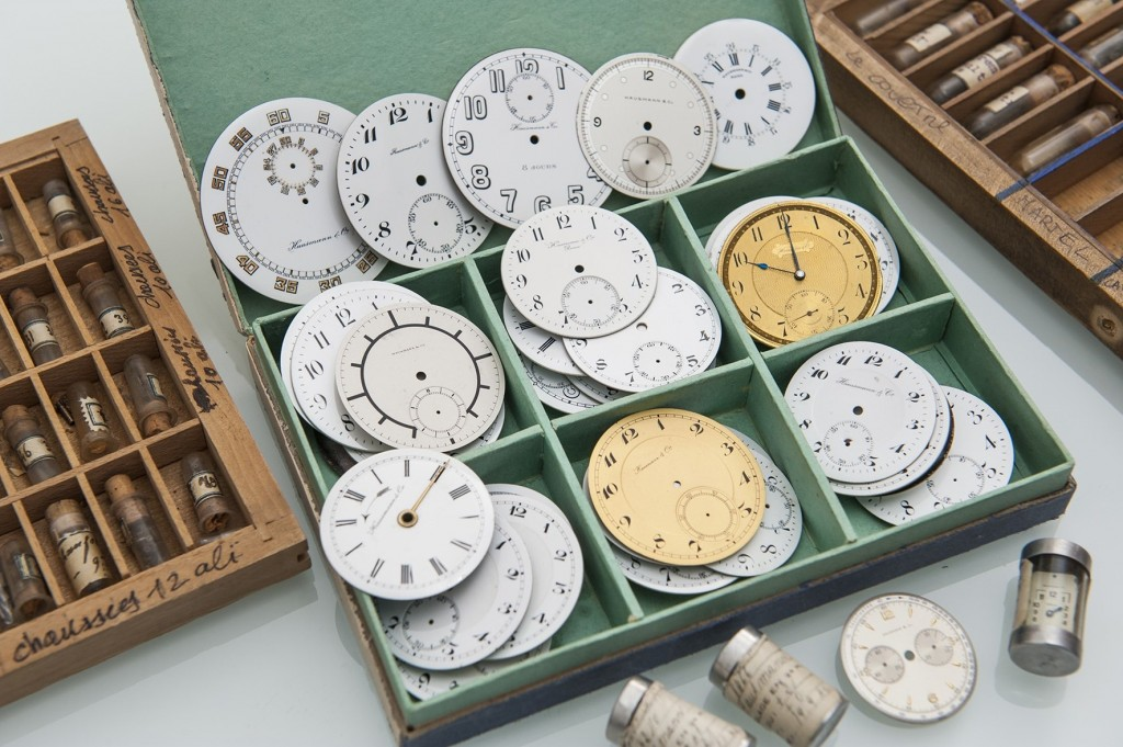 Una parte della collezione di antichi quadranti e componenti degli archivi Hausmann & Co.
