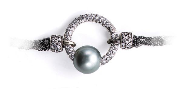 Ouverture laccio grigio con chiusura diamanti e perla tahiti