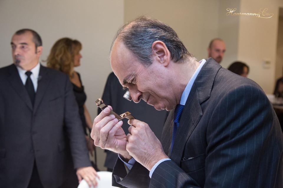 Benedetto Mauro, Amministratore di Hausmann & Co. insieme a Francesco Hausmann, studia il calibro dello Jaeger-LeCoultre Geophysic True Second
