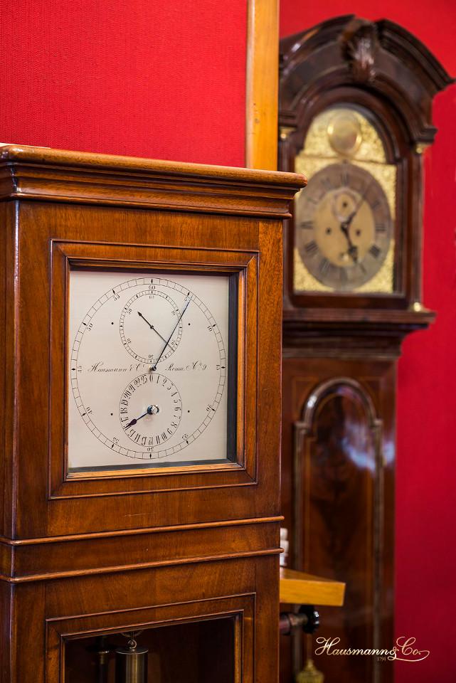 L'orologio a pendolo Hausmann & Co. all'interno del negozio di via del Corso