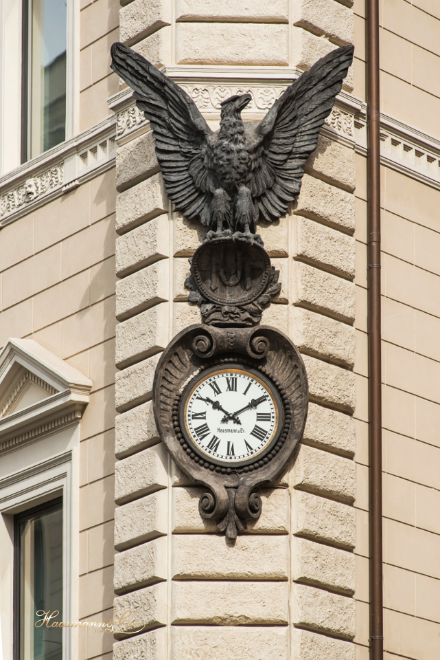 L'orologio del Palazzo dell'Unione Militare a Largo Goldoni.
