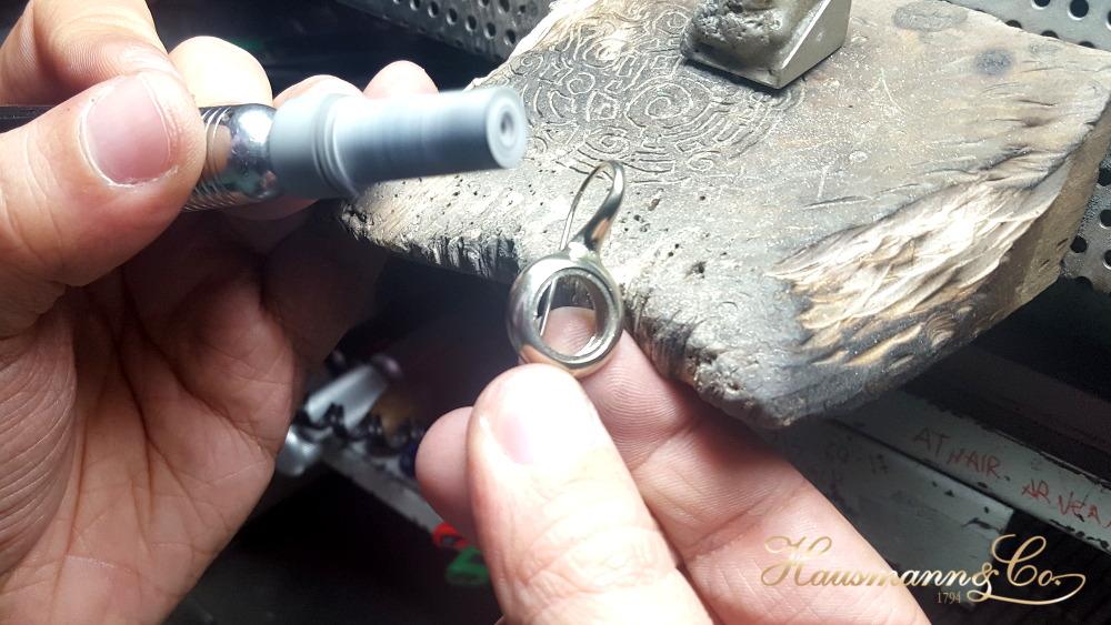 Ritocchi sui nuovi orecchini della collezione Plenilunio