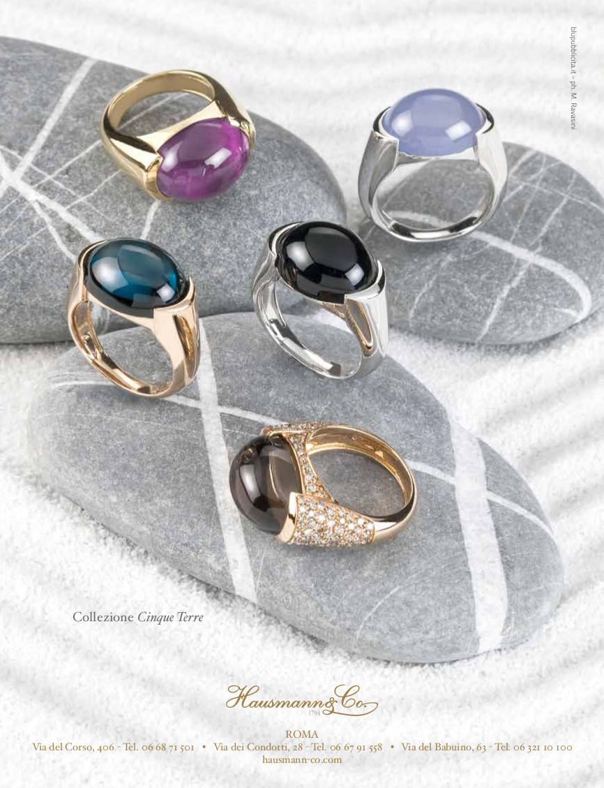 La collezione di anelli Cinque Terre, con cabochon di pietre naturali dai vividi colori. Blu del Topazio London, viola dell'Ametista, azzurro del Calcedonio, nero dell'Onice, marrone del Quarzo fumè.