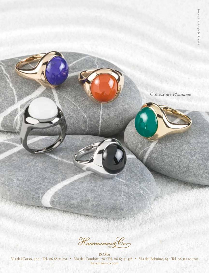 La collezione Plenilunio, in foto rappresentata da anelli multicolori, abbinabili a parure con orecchini e collana.  I colori corrispondono al Lapislazzulo, al Corallo di Sciacca, all'Agata verde, all'Onice e all'Adularia bianca.