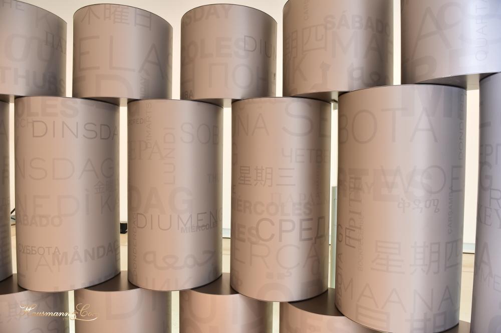 Dettaglio delle vetrine Rolex, ispirate alle maglie del bracciale President