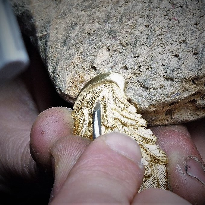 Incisione a mano delle ali del ciondolo