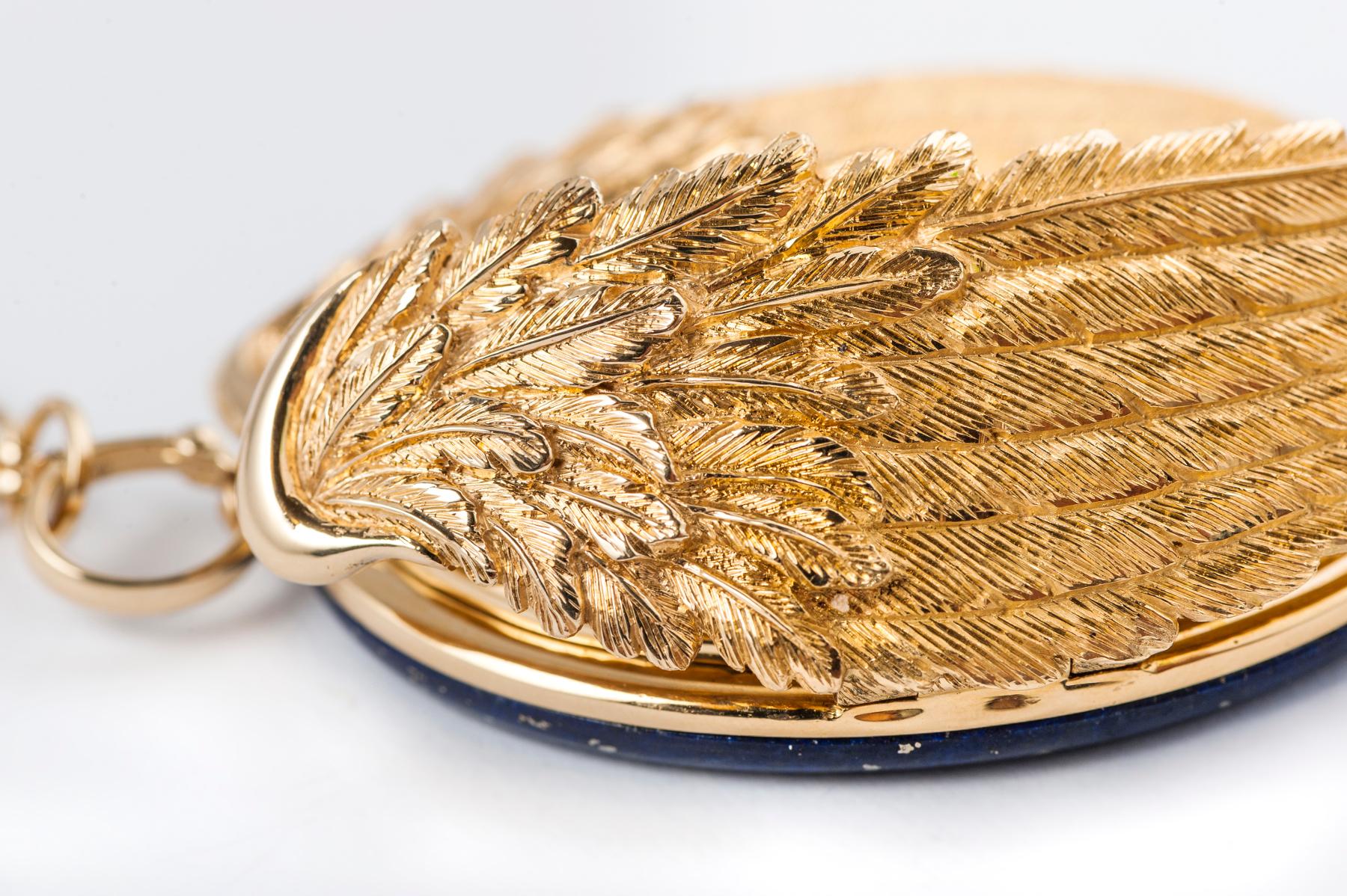 Il dettaglio delle ali, apribili, incise a mano