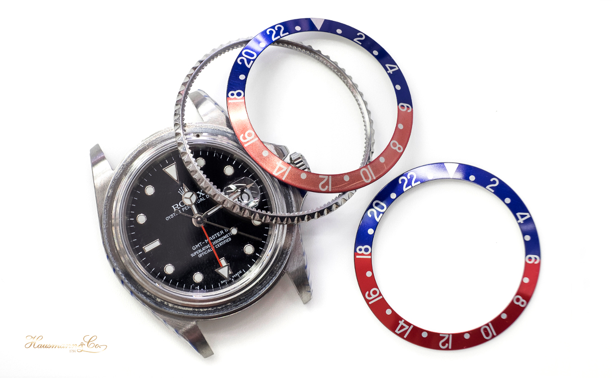 Una immagine durante la sostituzione dell'inserto rosso e blu della lunetta di un Rolex GMT Master II ref. 16710