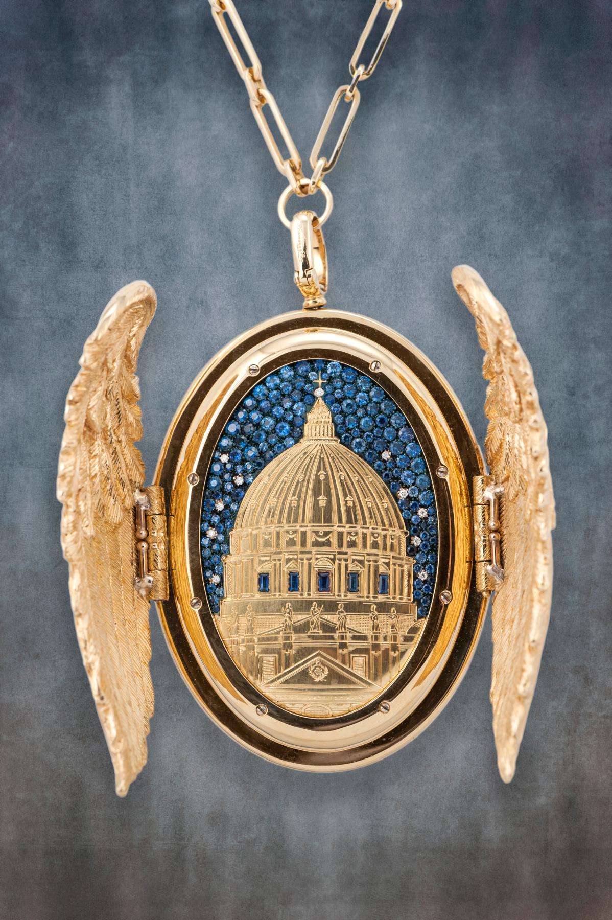 Il lato principale del ciondolo, con le ali aperte che svelano la notte stellata sopra S. Pietro