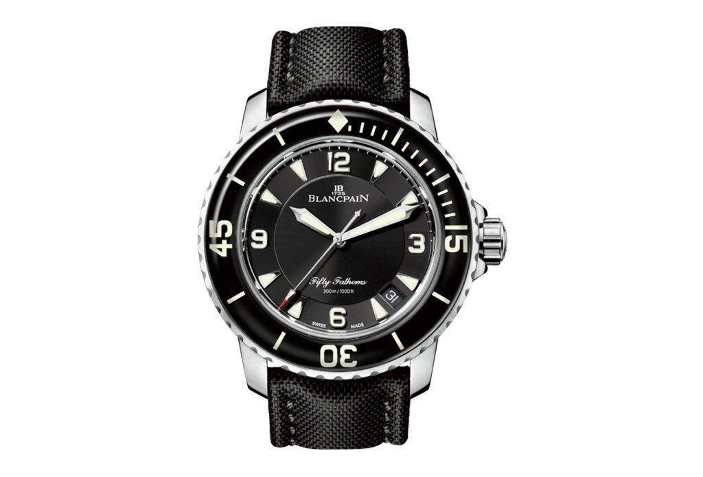 Vista frontale orologio Blancpain quadrante nero con lancette bianche