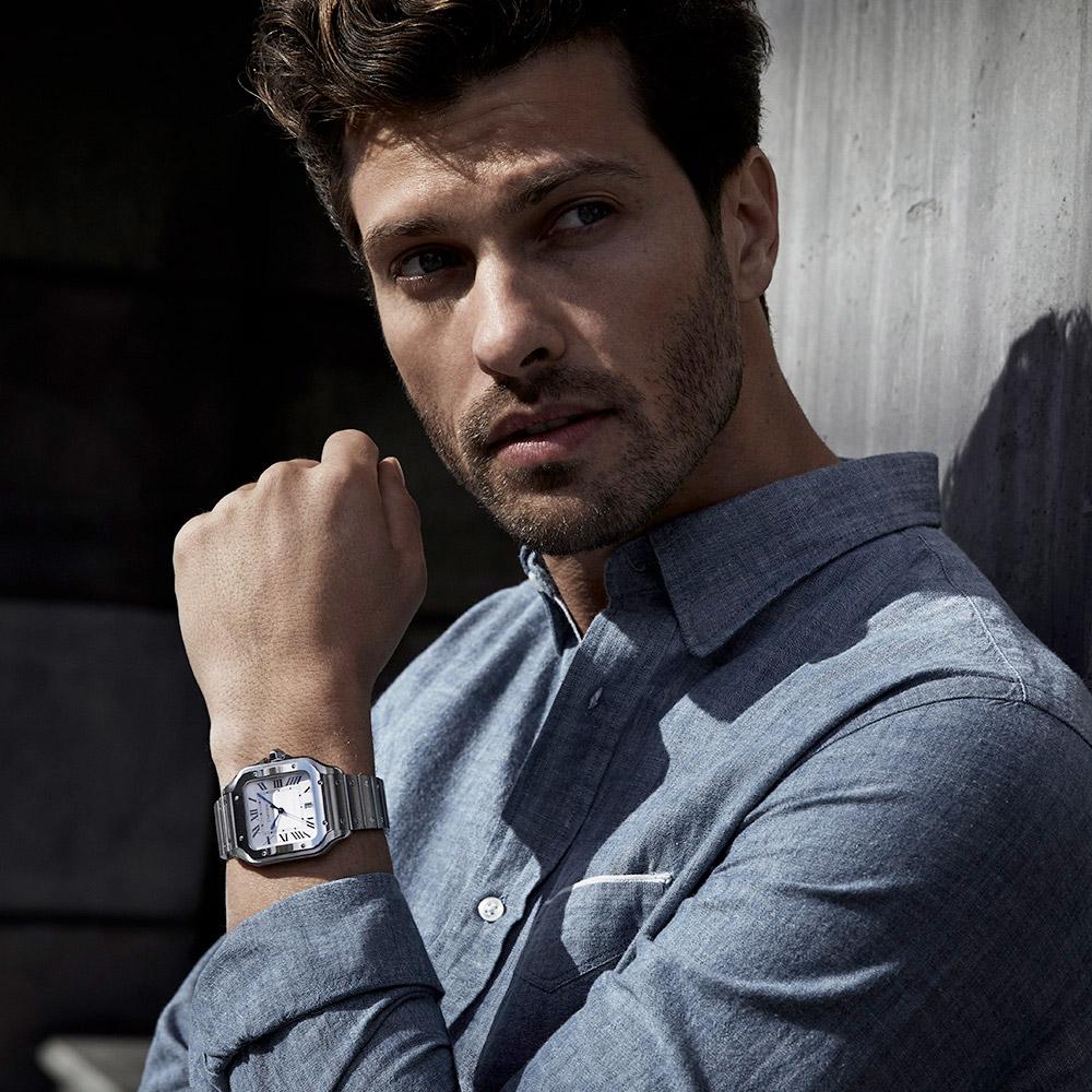 Uomo indossa orologio Cartier in acciaio al polso sinistro