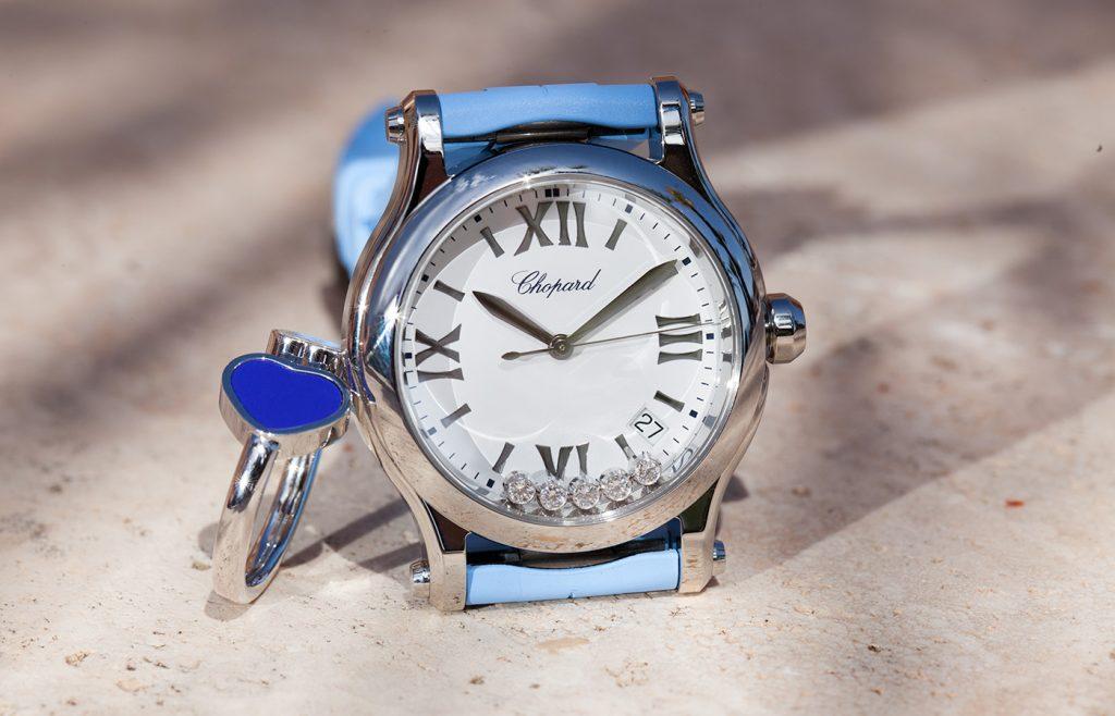 Dettaglio corredo orologi e anello Chopard azzurri