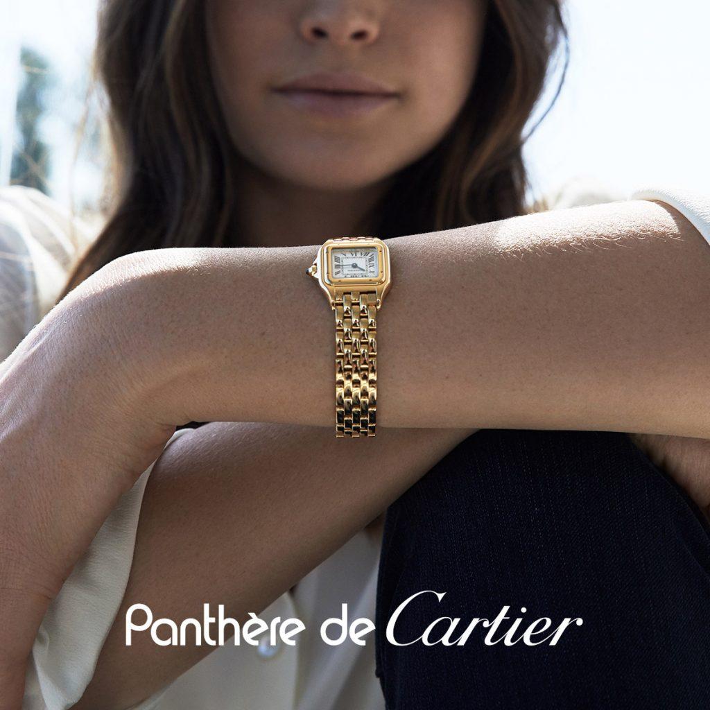 Dettaglio Cartier in oro al polso di una ragazza